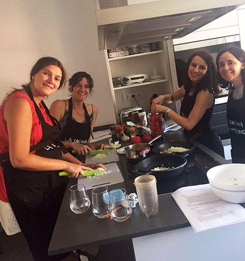 Celebrando una despedida de soltera con un curso de cocina india
